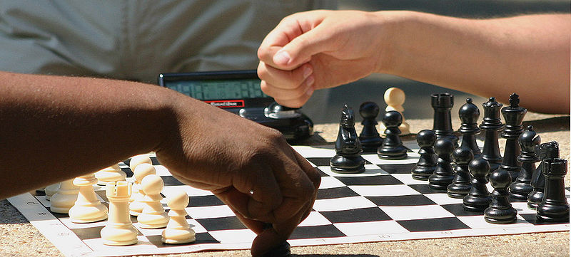 800px-Chess_Players_in_Dupont_Circle_(20109566)