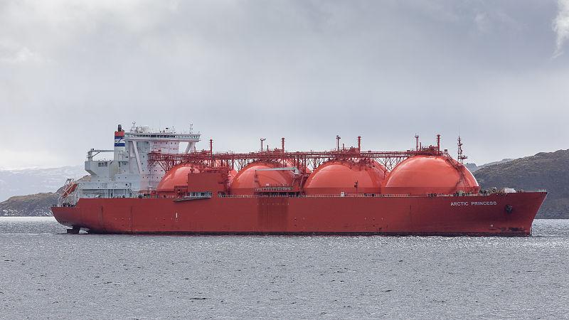 800px-LNG_Tanker_ARCTIC_PRINCESS_vor_Hammerfest_(N)_-_Juni_2015